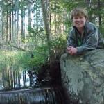 AnnMarie vid dammvall Lysteryd